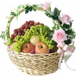 Fruit_basket_decorated_with_flowers_and_ribbons